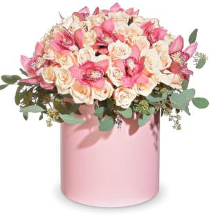 Цветы в коробке с орхидеями